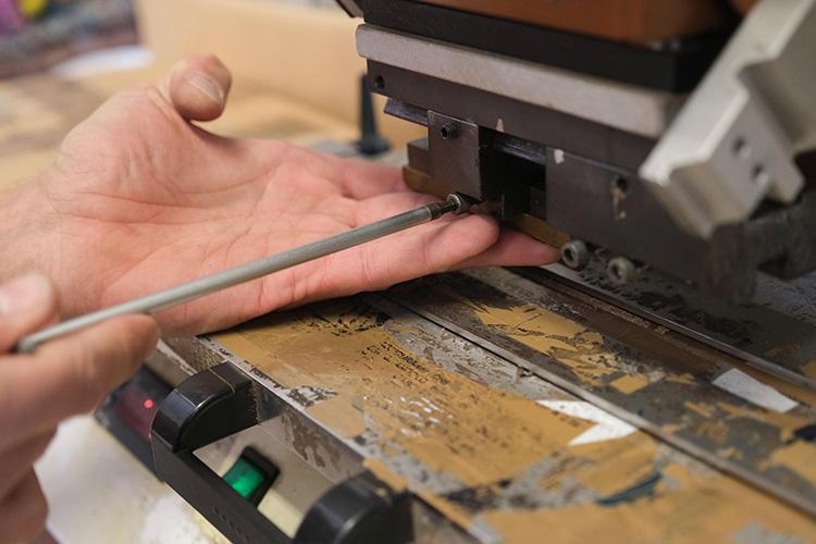 ベルトの幅によって刻印の金型をすべて付け替える。