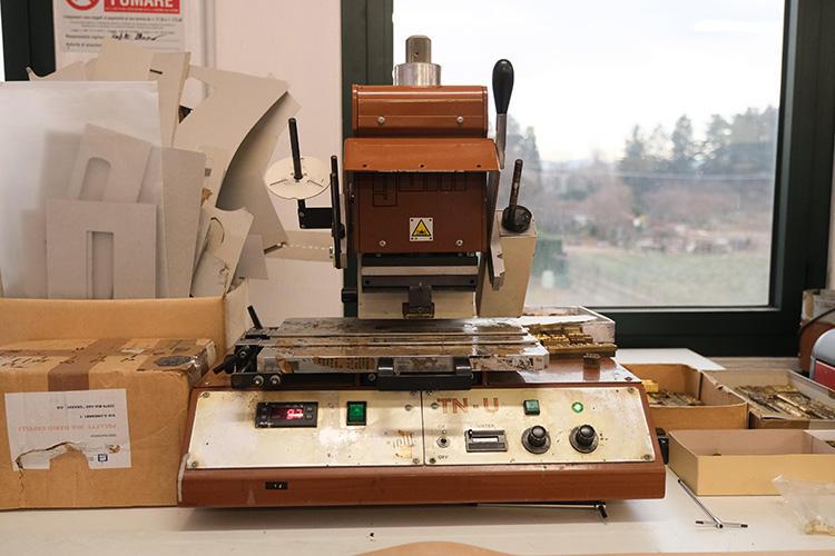 レザーに刻印をする機械。ベストな刻印具合になる温度は、230度くらいなのだとか。