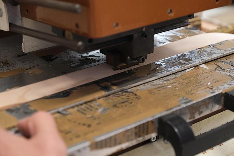 機械を押すスピードや押している時間も、熟練のコツが必要。