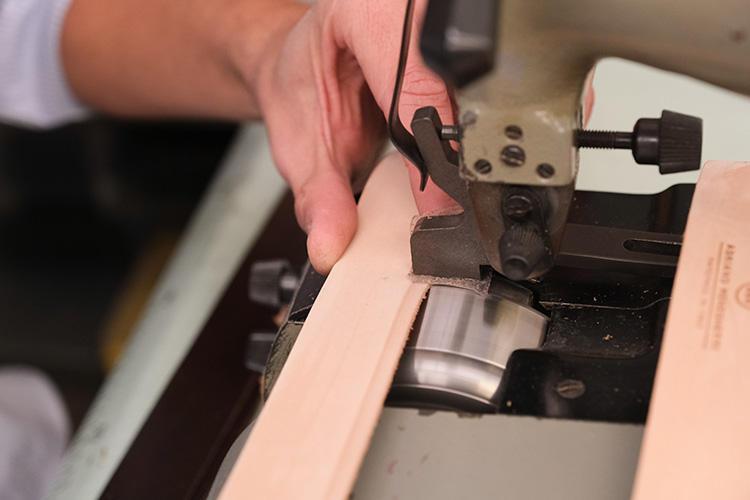 ベルトの両端は、少し削いで中央部が膨らむようにする。