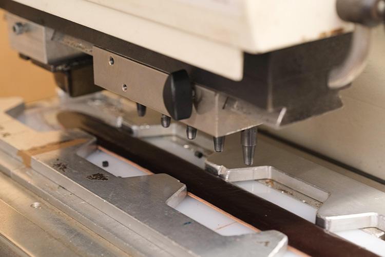 穴を開けるのは機械で行う。