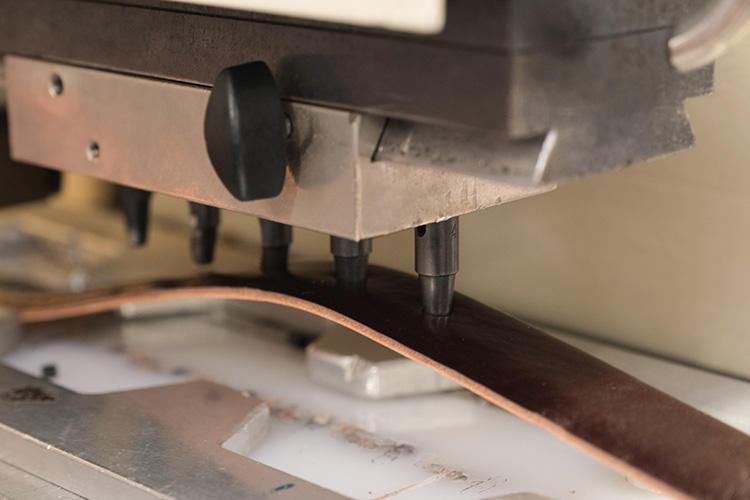穴の間隔も、ベルトの種類により多様に金型がある。