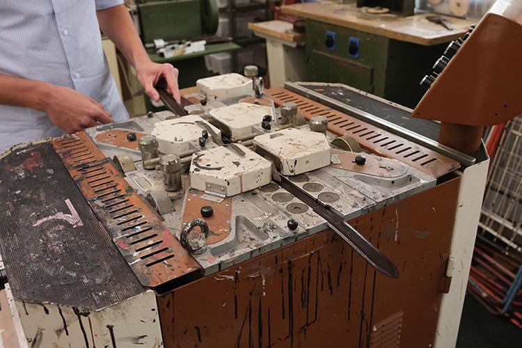 さらに革がハゲないよう、コバ塗りを繰り返す。