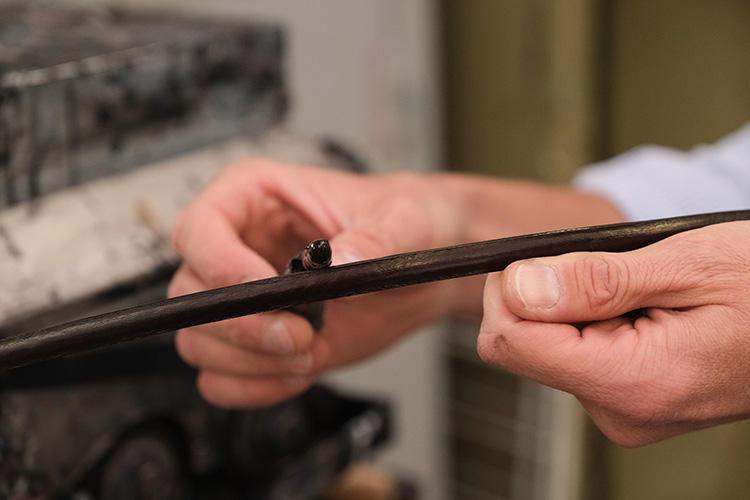 5回にわたりコバ塗を繰り返すと、深く艶のある濃色レザーに仕上がる。