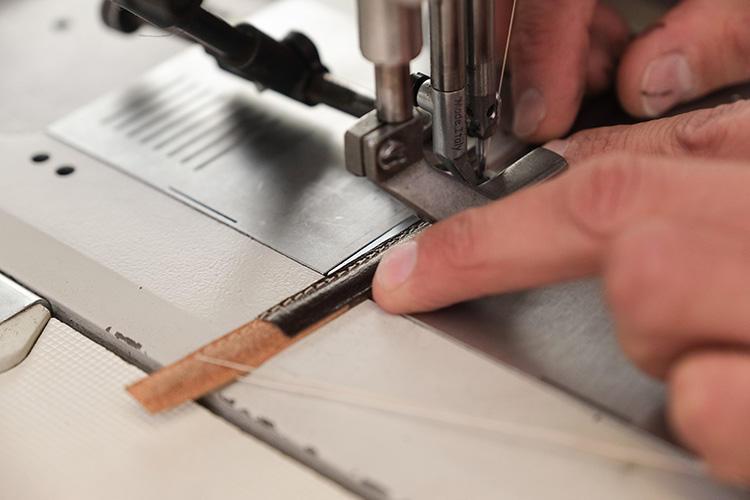 ループ部分のかなり細い革も細やかなステッチで縫い上げる。