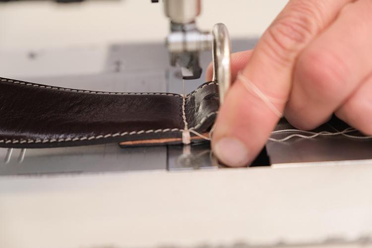 バックルを通して糸で留めていく。