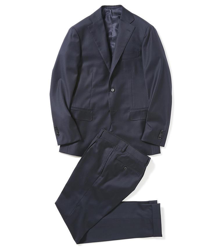 <b>1.リングヂャケット×サロット ディ グジのネイビースーツ</b><br />日本のテーラー、リングヂャケットと作った、一年中着られるベーシックなネイビースーツ。着丈やシルエットで今どきに仕上げた自信作で、好評により定番商品化。9万円(グジ東京)