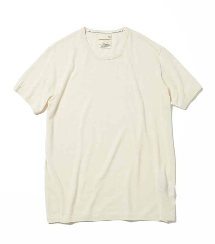 <b>12.991のオフ白ニット</b><br />績・ニットメーカーの佐藤繊維が手掛ける「ナインナインティワン/キューキューイチ」。Tシャツ感覚で着られるウール100%のニットは、防臭加工済でニオイ対策も。洗い込んでも糸の風合いが変わりにくい、ウェイプリル加工も施されている。2万2000円(グジ東京)
