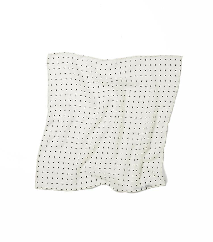 <b>13.ベグ&コーのドット柄カシミアスカーフ</b><br />スコットランドの老舗が手掛けるカシミアスカーフは、しなやかな風合いが首元に華やぎをプラス。イタリアの職人による手刷りのドットパターンも雰囲気がある。48×48cm。3万1000円(グジ東京)