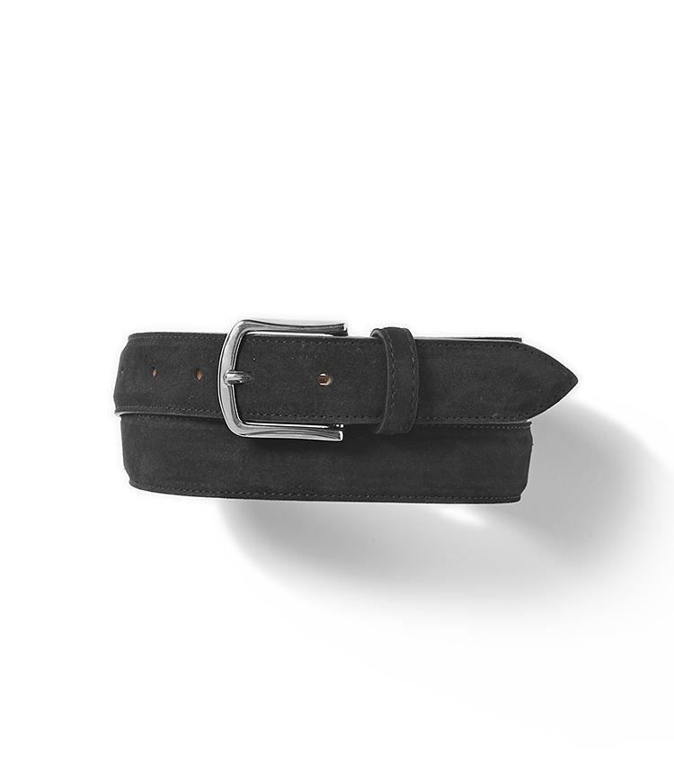 <b>19.ダミーコのスエードベルト</b><br />シンプルでも気の利いたデザインで、品質も兼ね備えているベルトといえばダミーコ。グジがセレクトしたこちらは、ビジネスにも休日にも使えるバックルで使い勝手がいい。1万5000円(グジ東京)