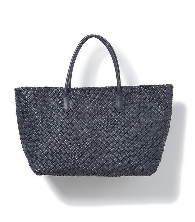<b>20.ファロルニのレザートート</b><br />イントレチャート(編み革)のバッグが得意なイタリアのトスカーナのブランドは、某有名メゾンの編み革バッグも手掛けた真の実力派。縦26×横37×マチ17cm。17万円(グジ東京)