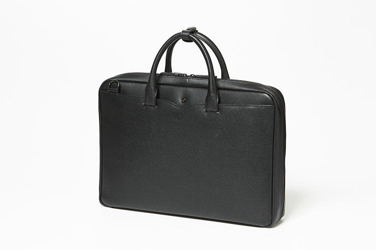 <strong>オファーマン</strong><br />A4サイズ収納の定番のビジネスバッグは、普段使いしやすいやや小ぶりのサイズ感が人気だ。ダブルファスナーで大きく開く1室構造の内装は、手帳やパスケースの収納に便利なポケット、ペン挿し、クリアファイルなど、細かく仕切られている。素材は、撥水・防汚性に優れたスコッチガード加工を施した牛革なのもビジネスマンには安心。縦28×横39×マチ7�p。5万2000円(エース)