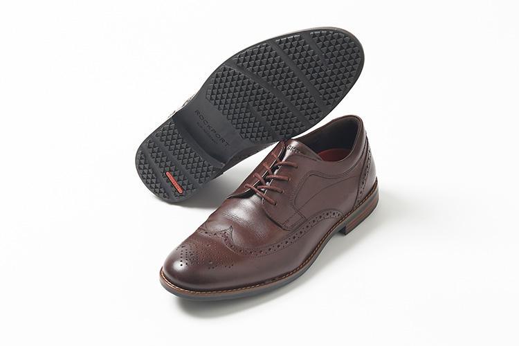 <strong>ロックポート</strong><br />快適な機能性とスタイルが調和したビジネス靴、「ダスティン コレクション」で人気のウィングチップ。全天候対応型のウォータープルーフ加工を施したレザーに、ソールにはスリップレジスタントラバーを搭載し、快適さとファッション性を兼備する。ウェルト部分に施されたライトブラウンのステッチが、さりげない洒落感を演出する。1万8000円(ロックポート ジャパンお客様窓口)