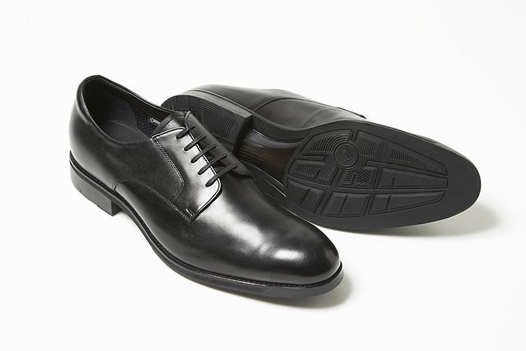 <strong>アシックス ランウォーク</strong><br />本格スポーツ靴で培った技術を基に開発されたドレス靴コレクション。撥水・透湿性に優れたGORE-TEXを採用した外羽根のプレーントウ。アシックスのランニング靴用のソールシステム「GEL」を搭載したクッション性に加え、軽量で着用感もすこぶる快適。アウトソールのラバーも通常比2倍の耐摩耗性を誇る。3万6000円(バーニーズ ニューヨーク カスタマーセンター)