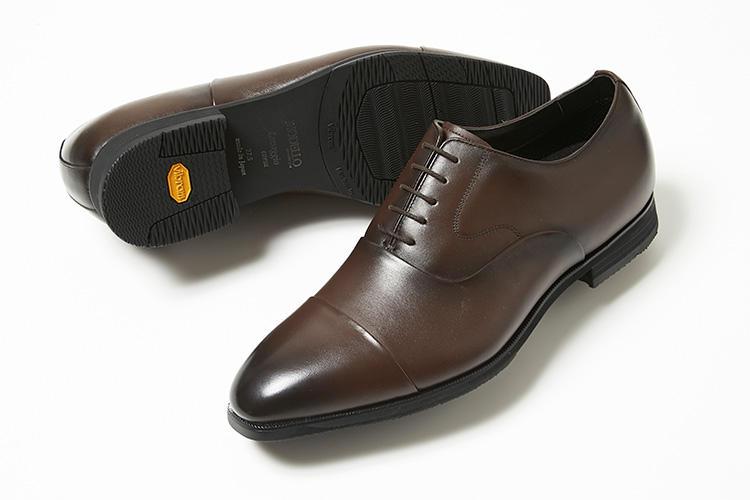 <strong>モデロ</strong><br />高島屋がマドラス、ヴィブラムジャパン、ナイガイと4社共同で開発した、モデロの洗える&走れる革靴。走るために開発された「VibramRXSRUN」と、気温が下がっても硬度が変わらず、天候に左右されにくい「VibramRICETREK」、2つの配合を組み合わせたオリジナルソールで、長時間の歩行も快適に。足底はアーチサポート設計で疲れにくい。2万円(新宿高島屋 紳士靴売場)