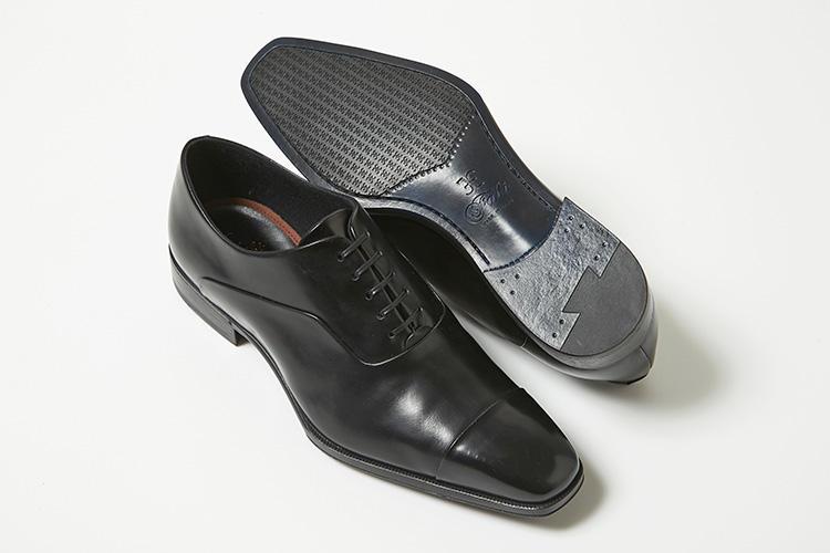 <strong>ファビ</strong><br />1965年、マルケ州の靴生産地区の中心部にあるモンテグラナーロにファビ兄弟にて創業。あらゆるビジネススタイルをカバーするデザインと上品な大人のシルエットを醸し出すストレートチップ。ボロネーゼ製法を採用することにより、屈曲性がよく最初からしなやかな履き心地だ。6万7000円(伊勢丹新宿店)
