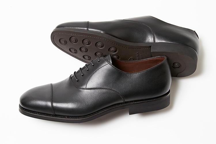 <strong>カルミーナ</strong><br />内羽根に飾りのないキャップトウがオーソドックスなストレートチップ。アウトソールの交換が可能なグッドイヤーウェルト製法による堅牢な作りも魅力で、クラシックなスーツスタイルを始め、幅広い着こなしに馴染む表情から、スペイン靴の中でも今季、注目されている一足だ。撥水機能が備わっており、梅雨時期はもちろん、雨の日を快適に過ごせる。6万6000円(伊勢丹新宿店)