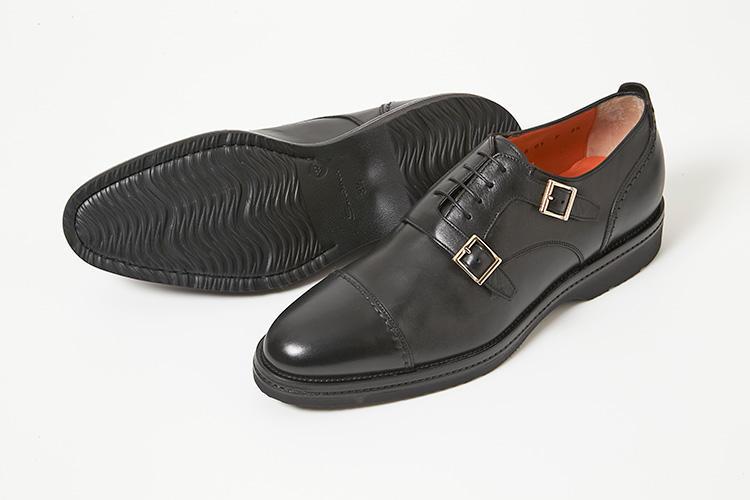 <strong>サントーニ</strong><br />シャープなダブルモンクストラップにレースアップのアッパーを組み合わせた独創的なデザインが、イタリア靴らしい艶感を演出する。ストラップの内側にはエラスティックが配され、フィット感も抜群で、脱ぎ履きも非常に楽。厚底で返りの良いラバーソールを装着しているため、雨の日でも履きやすい。マッケイ製法も履き心地の良さに繋がっている。9万5000円(伊勢丹新宿店)