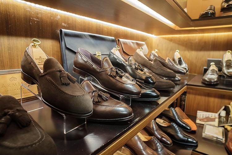 靴は英国ノーサンプトン製のアーモリー・オリジナル、カルミナ、サン クリスピンなどをラインナップ。