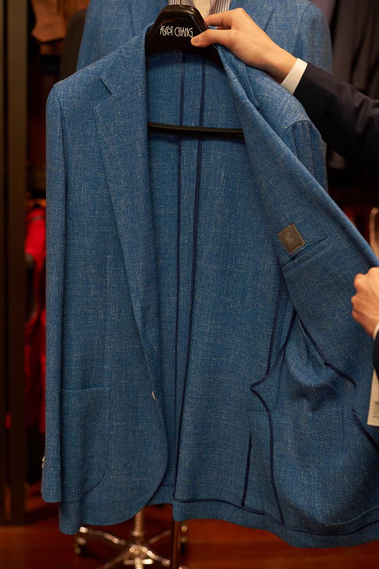 ジャケットも、完全にノーライニングで、カーディガンのように着られる着心地。