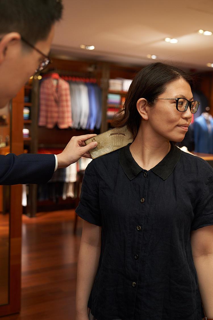 人間の身体は左右にバラつきがあるため、肩傾斜も左右で異なることが多い。そうした微差をシャツのパターンにもきちんと反映してくれるので、フィット感がよくなるというわけだ。