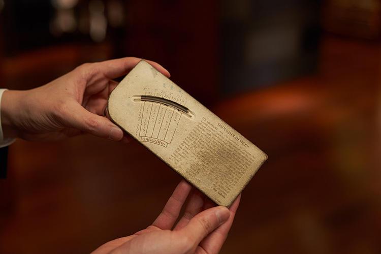 中国語で書かれた、古くから使われている肩傾斜測定器。