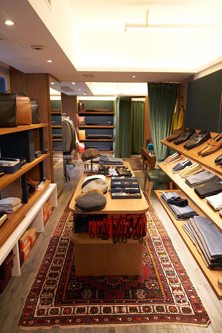 オールデンやクロケット&ジョーンズの靴、ドルモアのニットなど日本でお馴染みのブランドも。写真奥のスペースはビスポークスペースになっていて、ストックの生地などが積まれている。