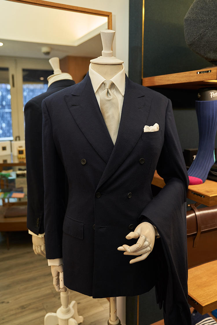 フォーマルシーンにも対応するダブルスーツのスタイル。