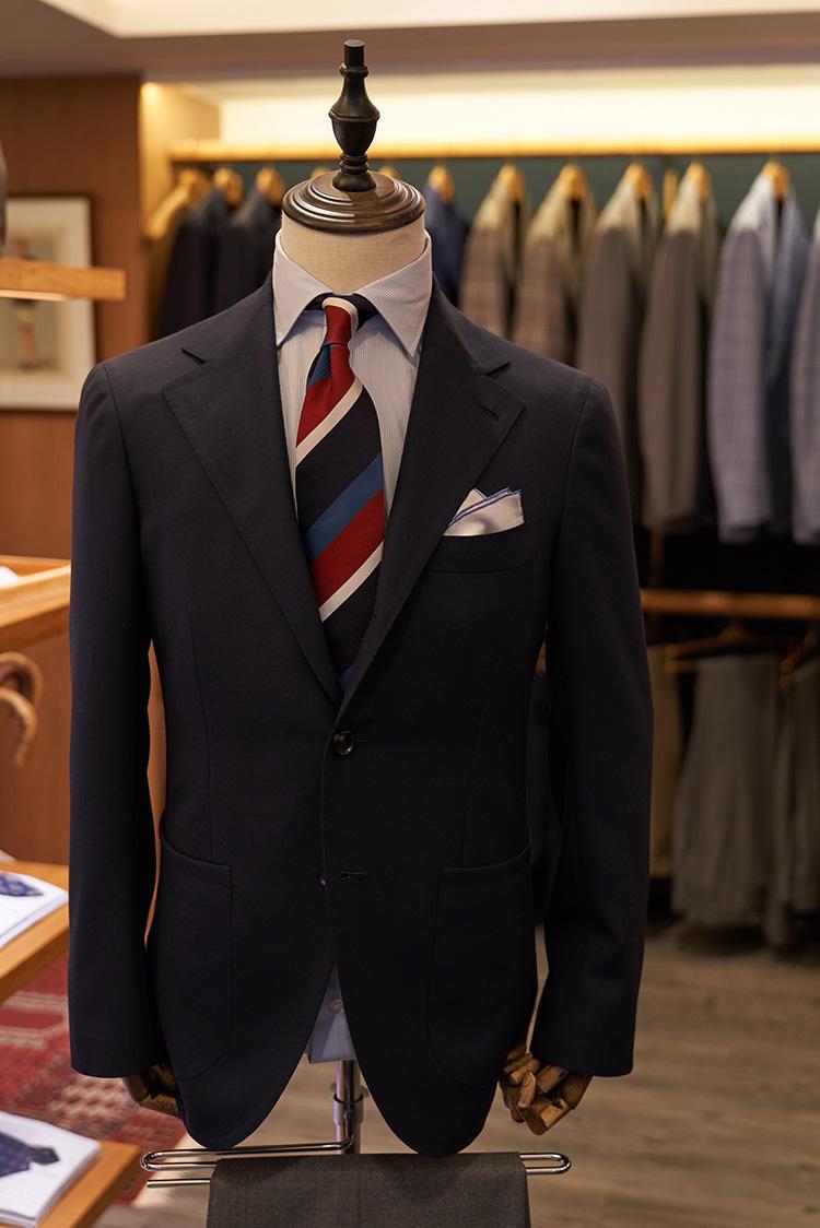 アタイアハウスオリジナルによる香港製の既製ジャケットも立ち上がった。