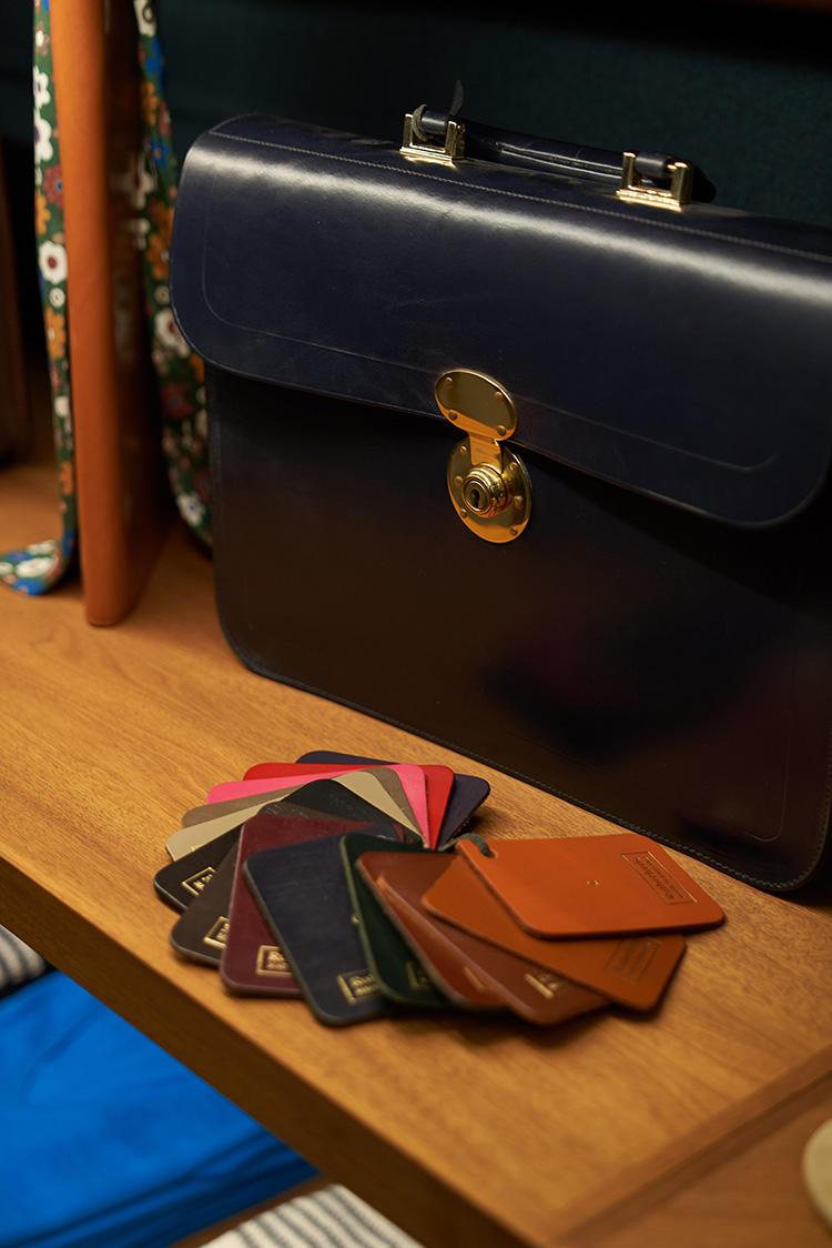 英国のファクトリーブランド、ラザフォードのブライドルレザーバッグはパターンオーダーが可能。