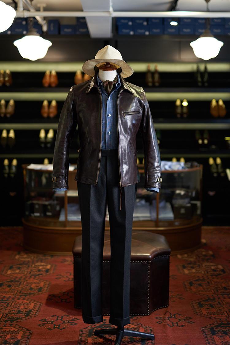 クラシックなウールパンツに、レザージャケットをMIX。中にはデニムシャツというブライスランズの得意なミックススタイル。