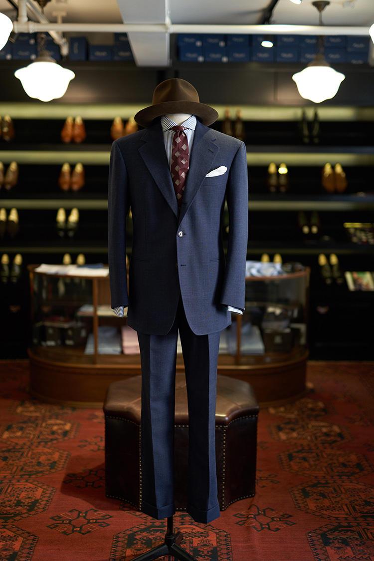 W.W.チャンのスーツに、アスコット チャンのシャツ。クラシックなテイストにLAのウェルマーのハットをプラス。