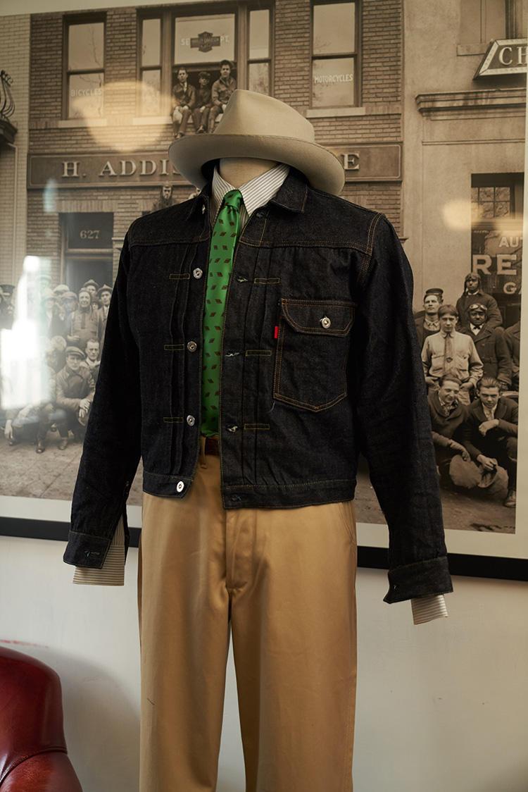 オリジナルの「Type1ジャケット」。これにベストセラーの1つであるチノパンを合わせた。ここであえてタイドアップというのも面白い。