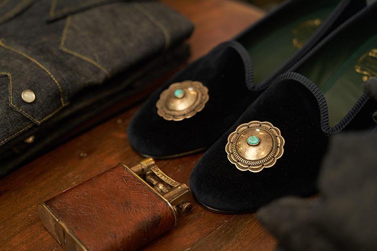 ヴィンテージのピンズは、ルームシューズなどに装飾的につけてもカッコいい。