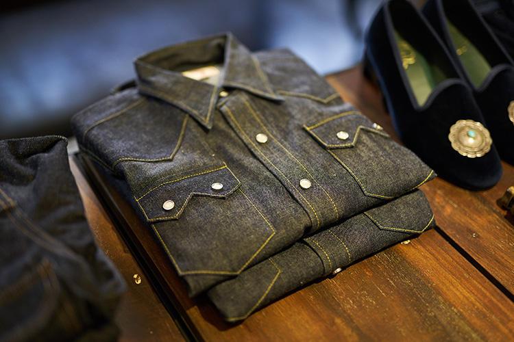 ウエスタン風のデニムシャツも、人気アイテムの1つ。