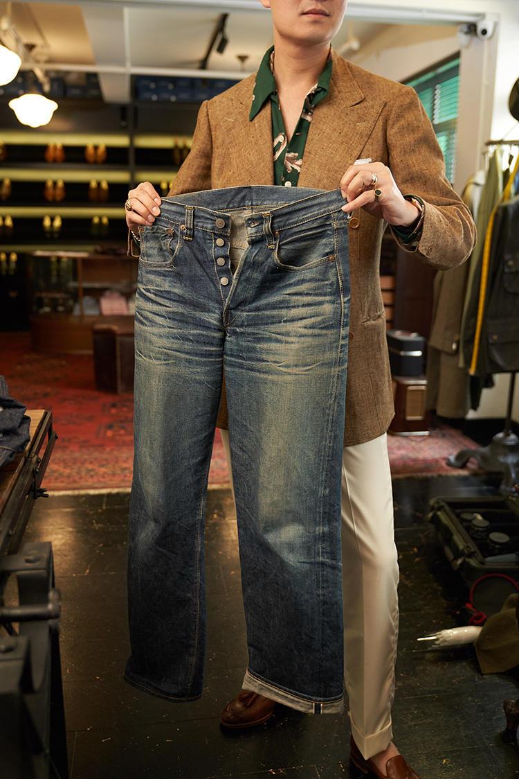 ブライスランズのファーストモデルのデニムを、お客さんが、1年はき込んだもの。カッコよくエイジングされたので、お店のディスプレイとして置かせてもらっている。