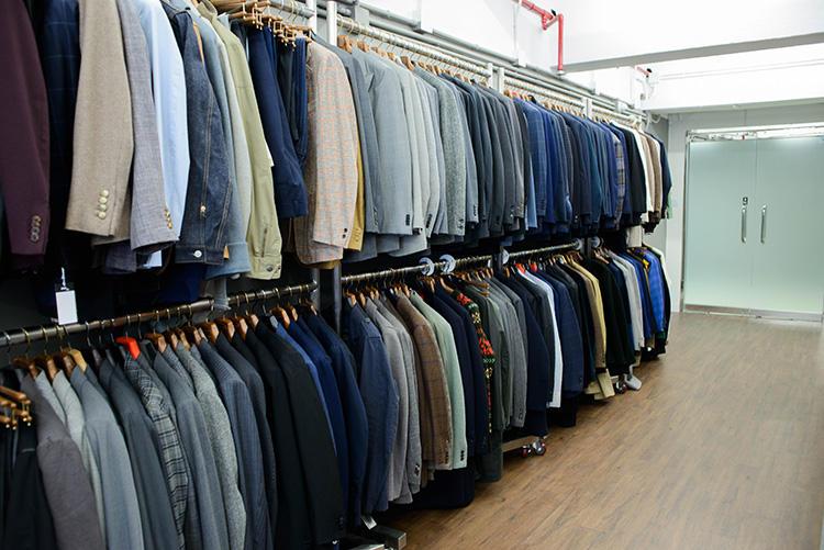 ずらりと並んだスーツやジャケット類。リングヂャケットやリヴェラーノなど一流クラシックブランドが揃う。中にはビスポークのユーズド品も。