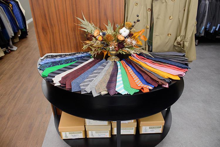 ネクタイのコレクション。未使用品としてはドレイクスのラインナップが多い。
