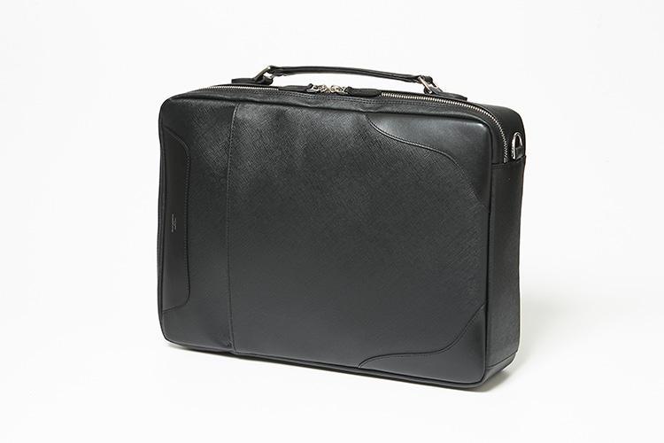 <strong>ペッレ モルビダ</strong><br />ブリーフケースからショルダー、そしてリュックにと、シーン別に持ち方を自在に操れる鞄は、リモンタ社の軽くて丈夫で高級感のあるポリウレタンを使用。付属のレザーには撥水加工を施している。メインルーム内には15インチ程度のPCが、正面のポケットはタブレットも収納可能。荷物が多くなっても軽く軽快に持ち運べる。縦41.5×横28×マチ9�p。5万2000円(新宿高島屋 紳士鞄売場)