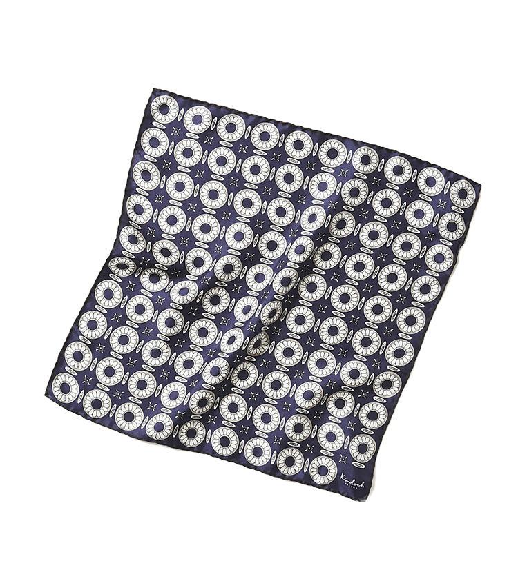 <b>15.キンロックのチーフ</b><br />14と同じイタリアブランドのシルクチーフ。規則性のある花柄はネイビー×ホワイトのシックな配色もあって甘すぎず、日々の着こなしに取り入れやすい。42×42cm。1万円(トゥモローランド)