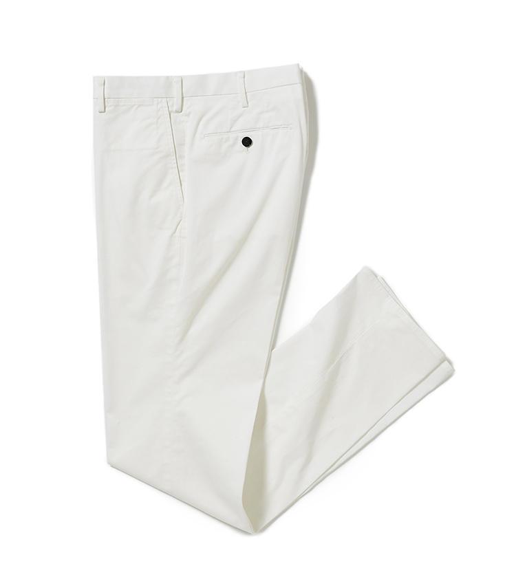 <b>17.トゥモローランドの接触冷感チノパン</b><br />生地は着用するとひんやり感じる、接触冷感機能付きの綿「アイスコットン」。スリムな美脚シルエットはどんなトップスとも相性がよく、蒸し暑い夏も心地よく乗り切れる。1万7000円(トゥモローランド)