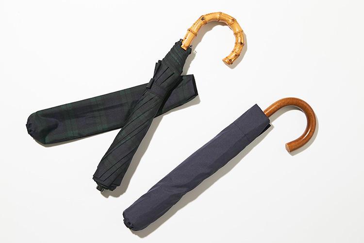 <strong>フォックス・アンブレラ</strong><br />1868年、英国にて創業の老舗アンブレラブランド。世界初のナイロン素材の傘を開発したことでも有名だ。創業から変わらず木型による生地の裁断、ミシンによる縫製、メタルフレームの組み立て、各種自然素材のハンドルの加工など、すべての工程が熟練の職人の手によって行われている。左、ワンギー(竹)1万9000円、右、マラッカ(藤)1万7000円 (ヴァルカナイズ・ロンドン)