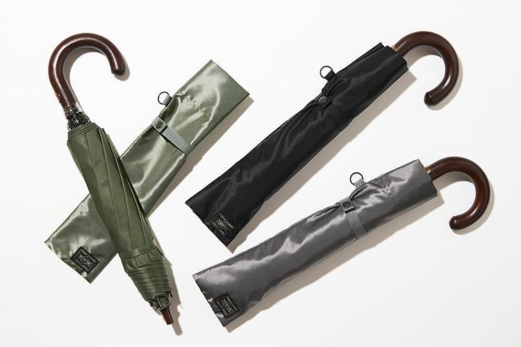 <strong>ポーター×前原光榮商店</strong><br />吉田カバンが1948年創業の日本を代表する老舗傘メーカー、前原光榮商店にオリジナルの折り畳み傘製作を依頼して誕生したコラボ傘。頑丈な8本の支柱構造で強度にも優れているうえ、傘の生地にはポーターの永久定番、「タンカー」シリーズと同じナイロンツイル生地が使用されている。同素材の吉田カバン製傘袋も付属した名品と呼ぶにふさわしい一本。各1万6000円 (ポーター 表参道)