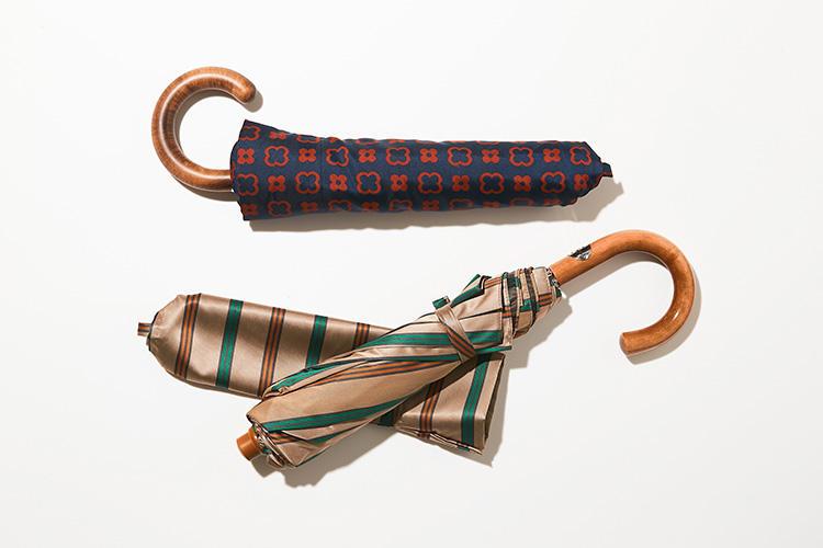 <strong>マリアフランチェスコ</strong><br />1854年創業のイタリア随一の伝統を誇る傘の老舗。確かな品質により、トップメゾンの傘の生産も請け負うほどの実力を誇る。時間を掛けて熱処理でカーブさせたハンドル、そして本体には丈夫なポリエステルを採用。シャフト部分は二段に伸縮するため、鞄の中に綺麗に収まる。イタリアブランドらしい色彩美も、梅雨時期の憂鬱な気分を盛り上げてくれる。各2万9000円 (コンドッティ)