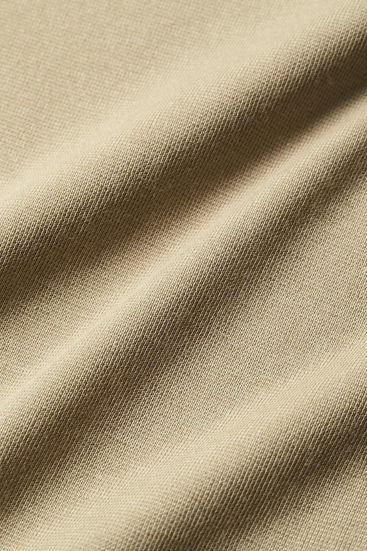 <b>シャリッと涼しい強撚素材</b></br>繊維に撚りを加えた強撚綿糸を使用した生地。ドライな肌触りに加え、吸水速乾性、抗菌消臭機能も備えている。綿をベースとしているため、肌触りがナチュラルなのも魅力だ。