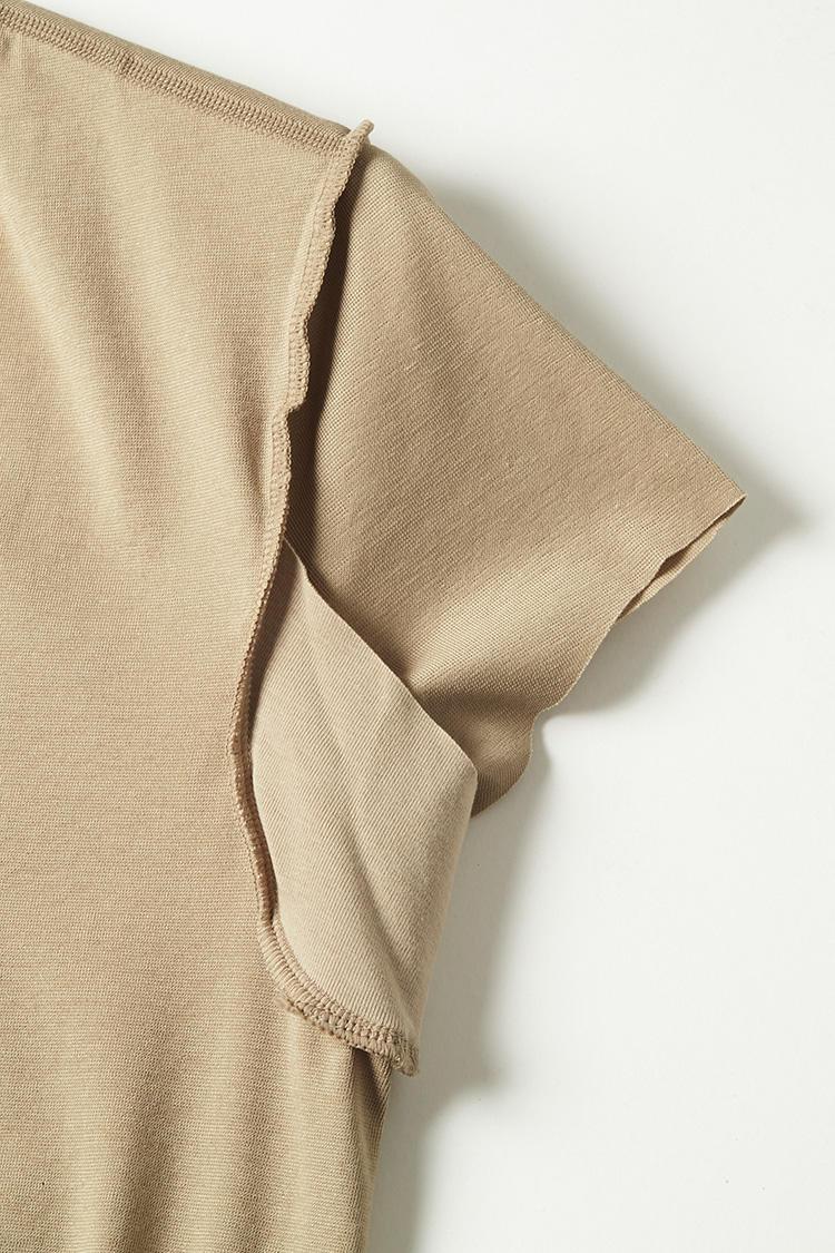 <b>汗取りパッドも装備</b></br>写真は裏返したところ。脇の下に汗とりパッドが装着されているのがわかる。ニオイや汗が最も気になる部分をガードしてくれるのがありがたい。