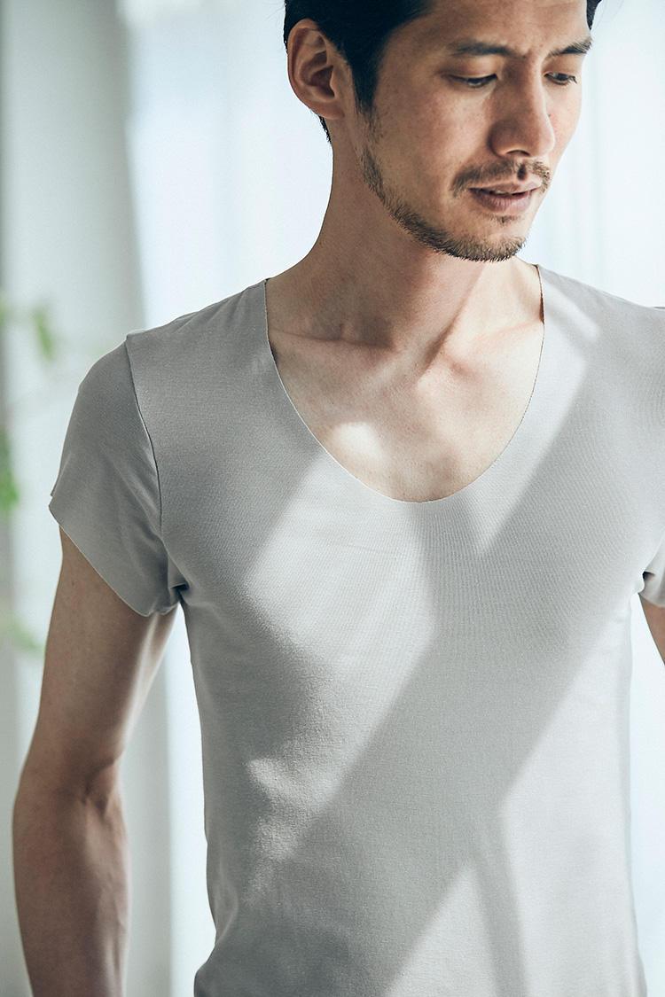 <b>深めのUネックで胸元から覗きにくい</b></br>ネクタイを外して第1ボタンを外すクールビズスタイルでは、下着がチラリと覗いてしまう危険性も。そんなお悩みの対策として、首も深めに設計している。