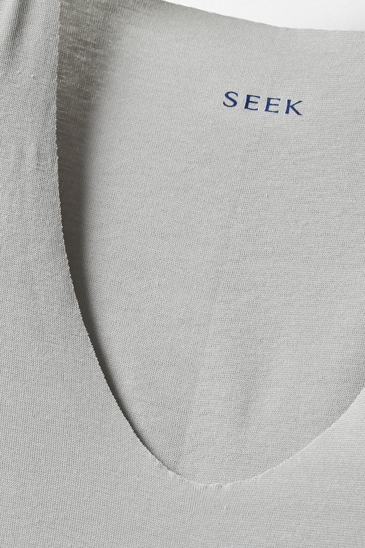 """<b>切りっ放しだからラインも響きにくい</b></br>襟首や袖先などを切りっ放しにして縫い目を極力排除することにより、下着のラインが響くのを防止。""""おじさん感""""を払拭してくれる。"""