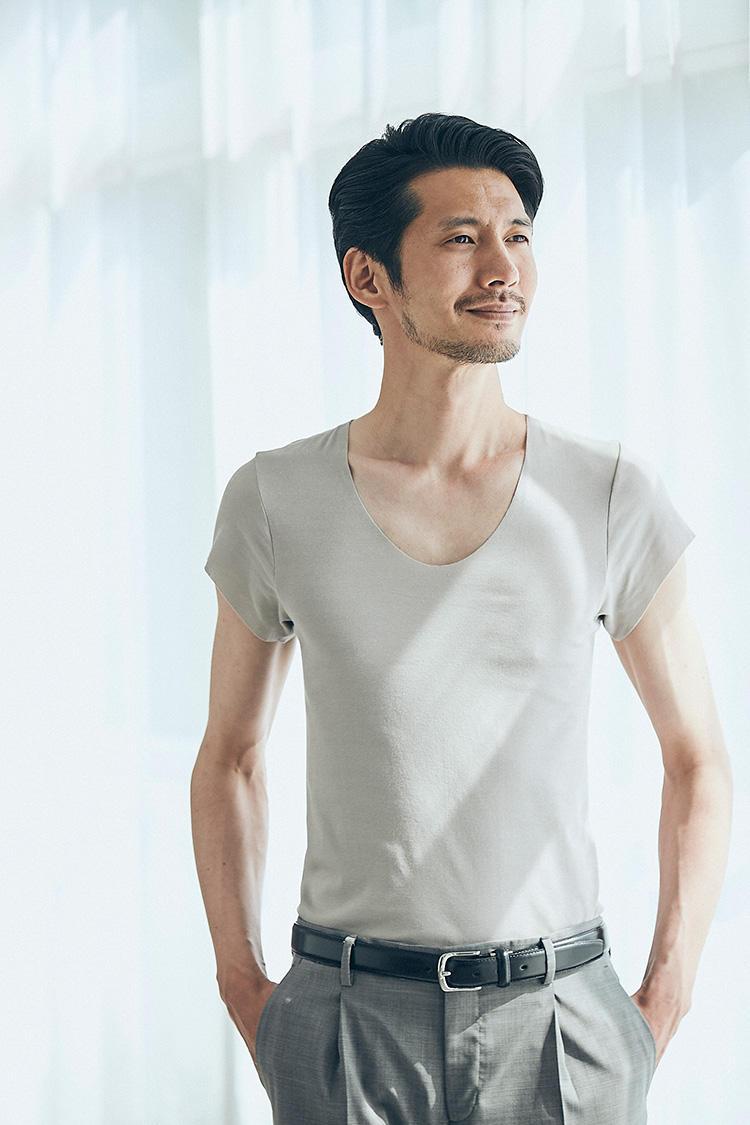 <b>極薄生地で着心地快適</b></br>非常に薄く軽やかな素材のため、細身のシャツの下に着てもモコモコ感なし。