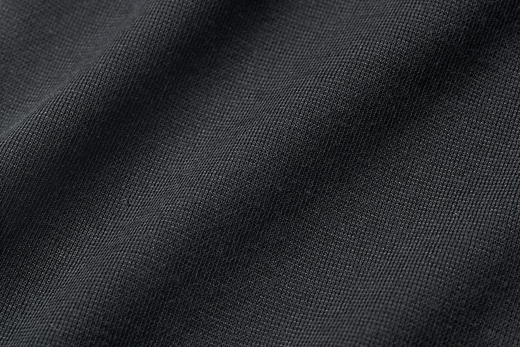 <b>強撚素材でロング丈でも涼しい</b></br>アンダーシャツと同様の強撚素材を使用。吸水速乾性と抗菌消臭機能も備えている。